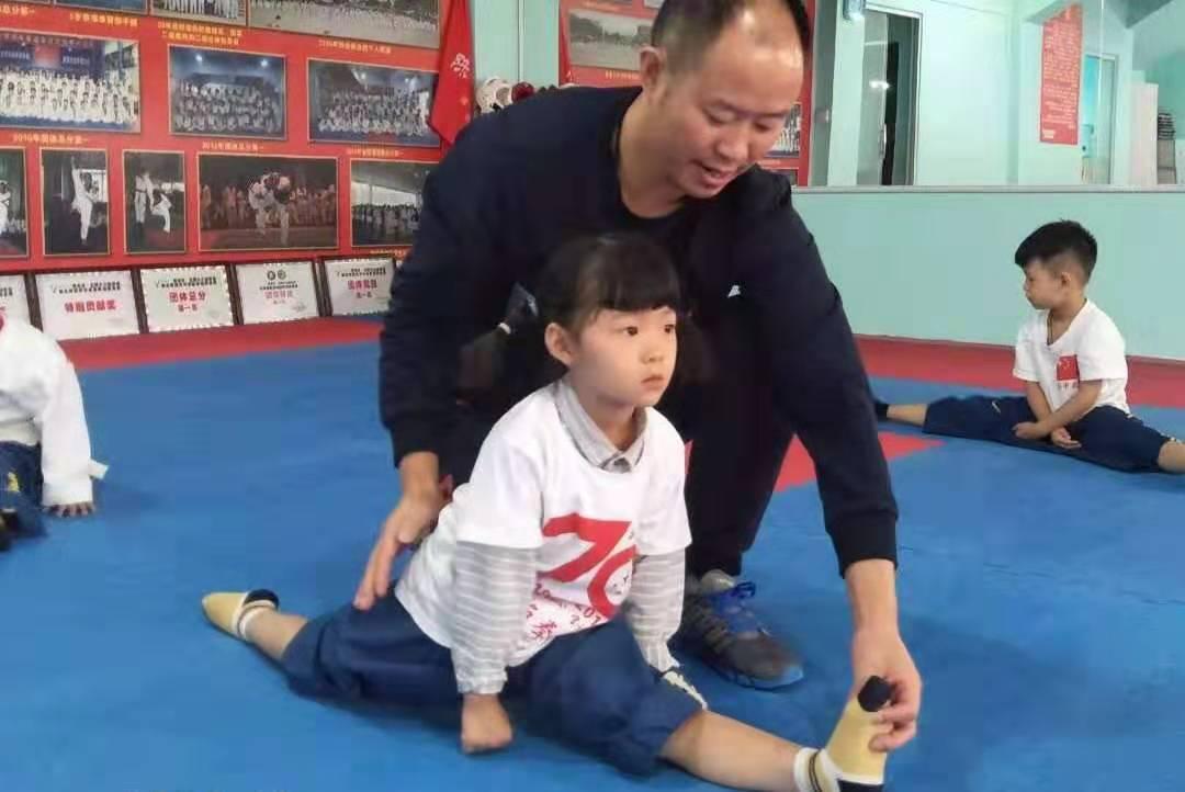 陈婉可:安顺跆拳道学校年龄最小的学生和师兄师姐们在训练中