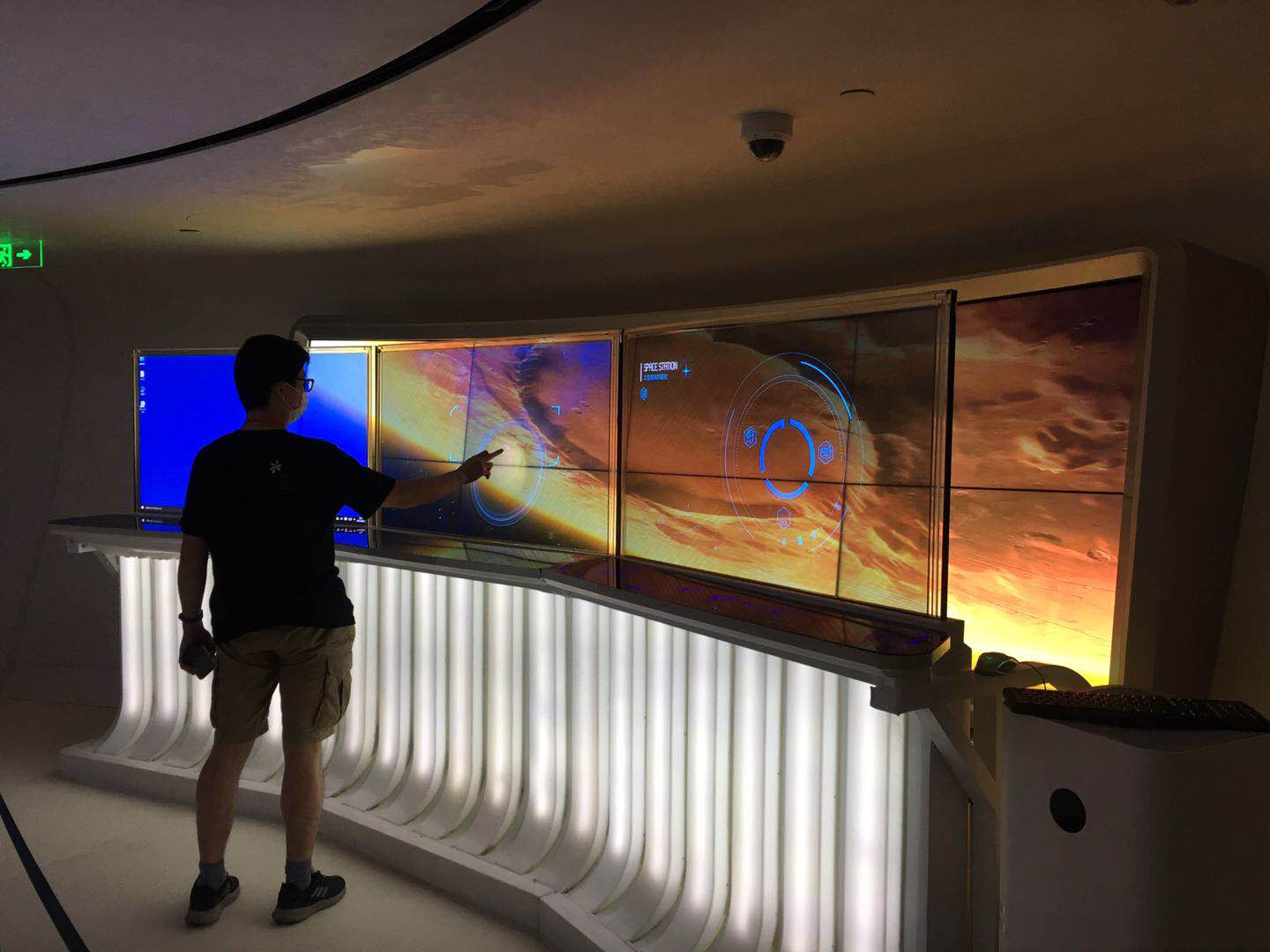 【VITROLIGHT】-Transparent OLED is used in Oriental Pearl Tower Space