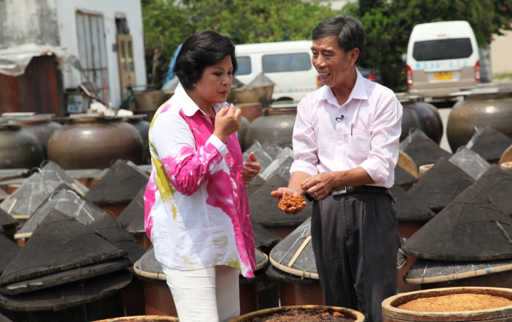 《吾淑吾食》节目组到寮步豆酱厂取景拍摄
