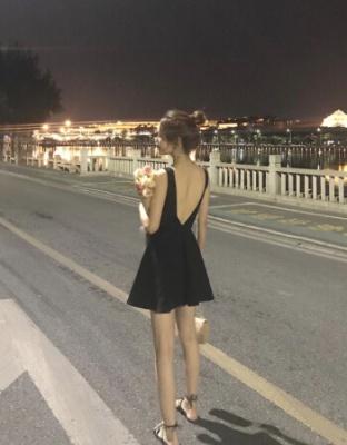 卖露背赫本风雪纺短款小黑裙清新活力时尚潮流雪纺吊带裙黑色短款显瘦沙滩雪纺连衣裙