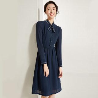 2020春装新款气质绣花立领蝴蝶结连衣裙女长袖显瘦收腰中裙