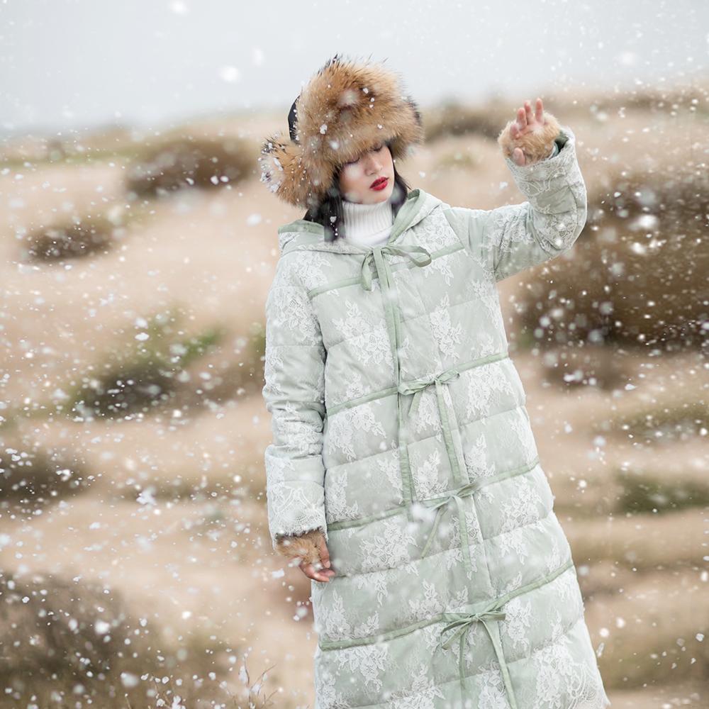冬装新款女装复古文艺系带加厚羽绒服女装新款冬装过膝长款蕾丝连帽羽绒服长款蕾丝连帽系带过膝羽绒服