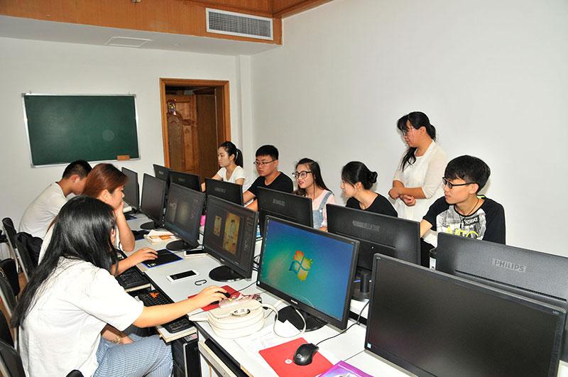 太原长城计算机学校教师授课场景