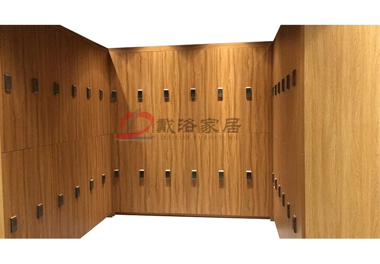 原木色木质更衣柜会所健身房木质衣包柜-佛山戴洛木质更衣柜定制厂家