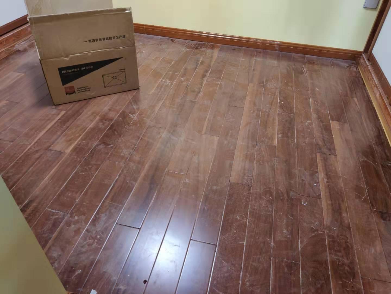 卧室木地板和过门石之间要不要装收口扣条,哪种更好?