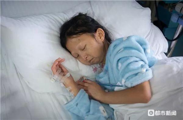 24岁体重只有43斤 !为省钱给弟弟治病,她用糟辣椒拌饭5年